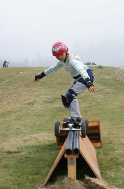 photo d'un kid sur un rail