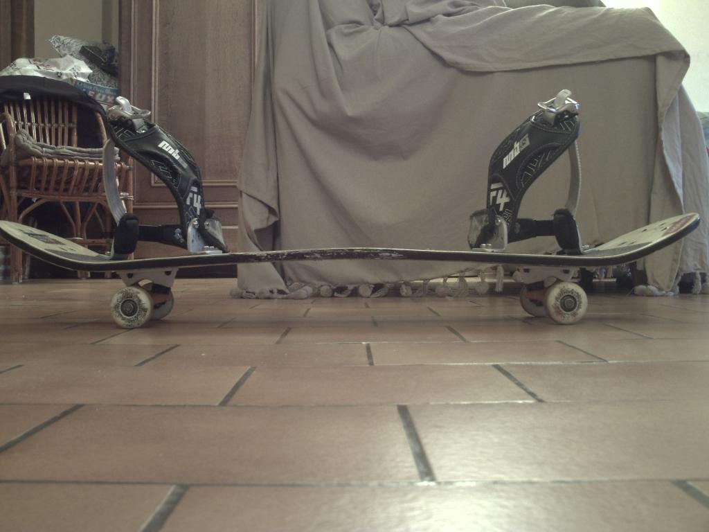 planche de mountainboard avec des fixe mbs et des truck skate fixe sous le grip des pieds .